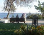 Liman bölgesinde dinlenen yaşlılar